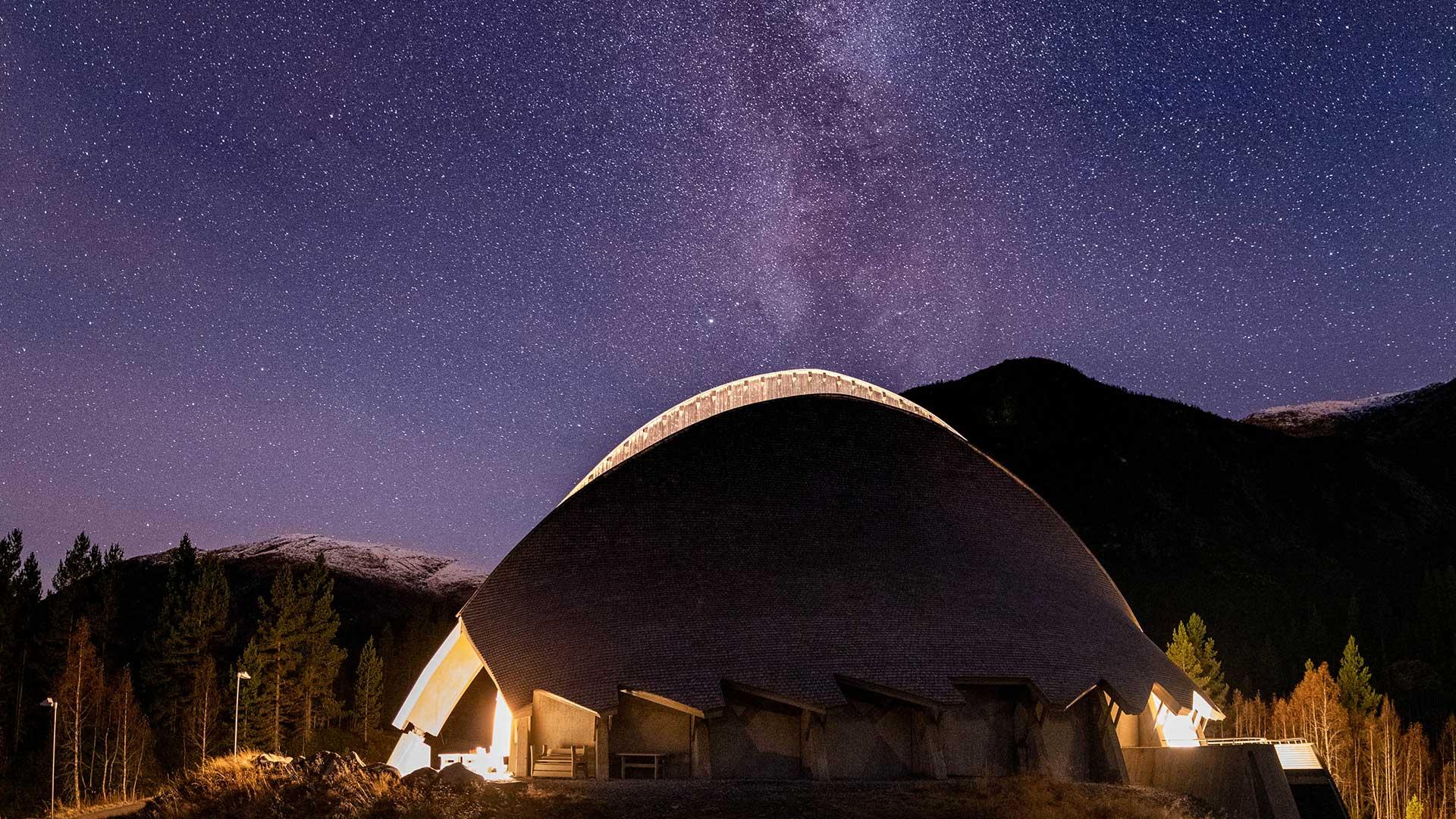 Breheimsenteret om natten under stjernehimmel.