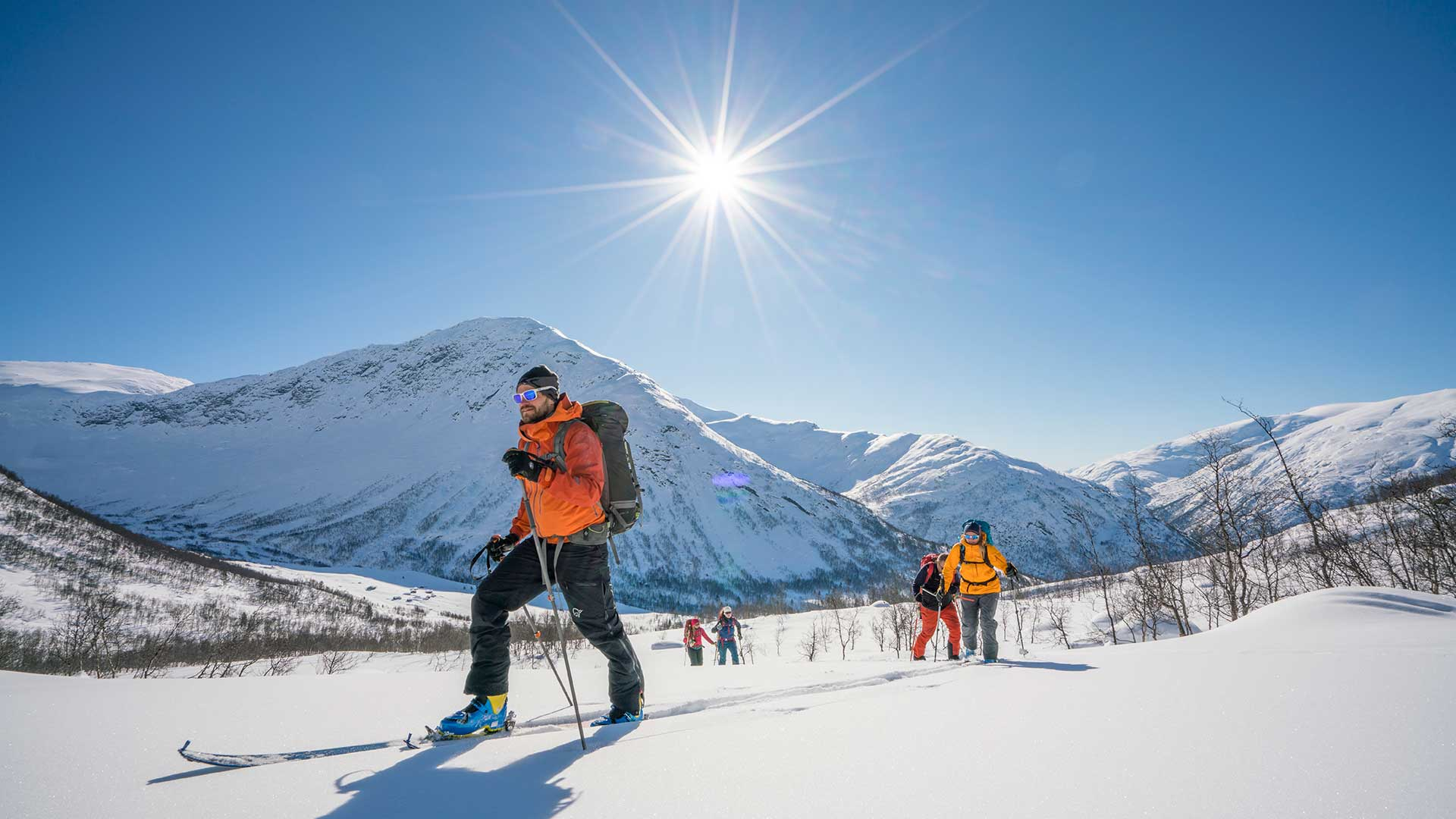 Mennesker på ski i fjellet