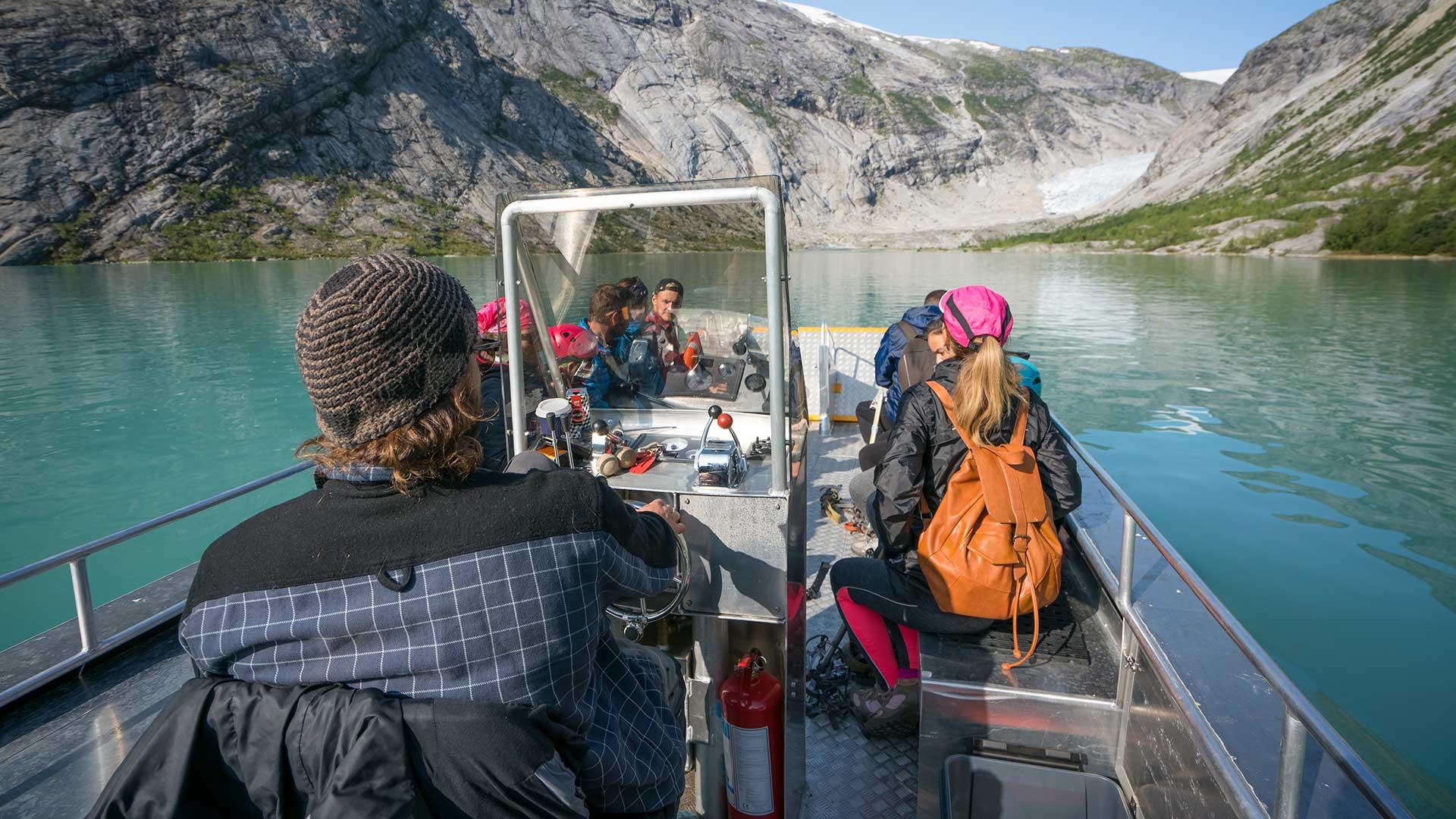 Mennesker i en båt på vei mot Nigardsbreen
