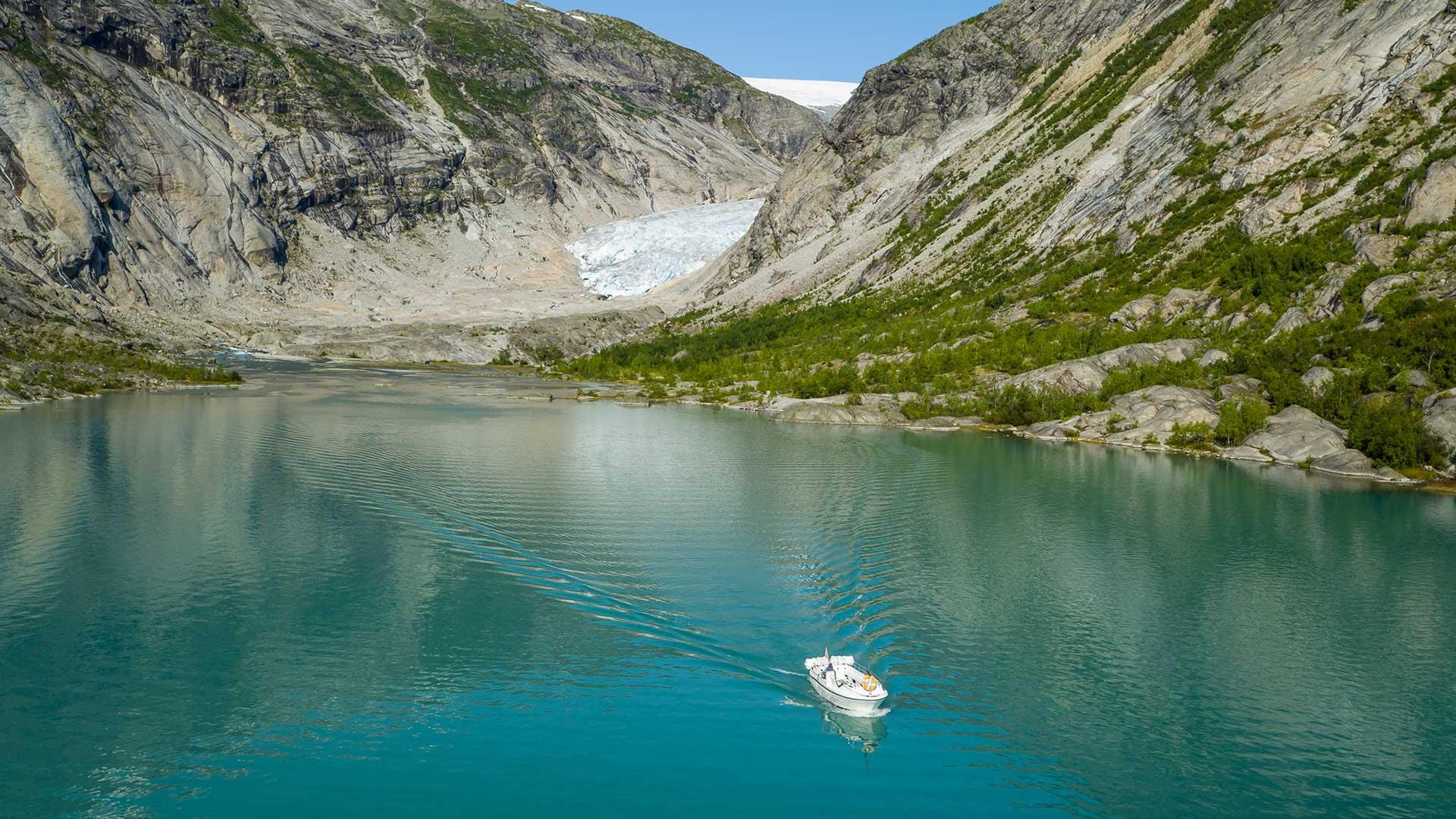 Båt på vannet, med Nigardsbreen i bakgrunnen