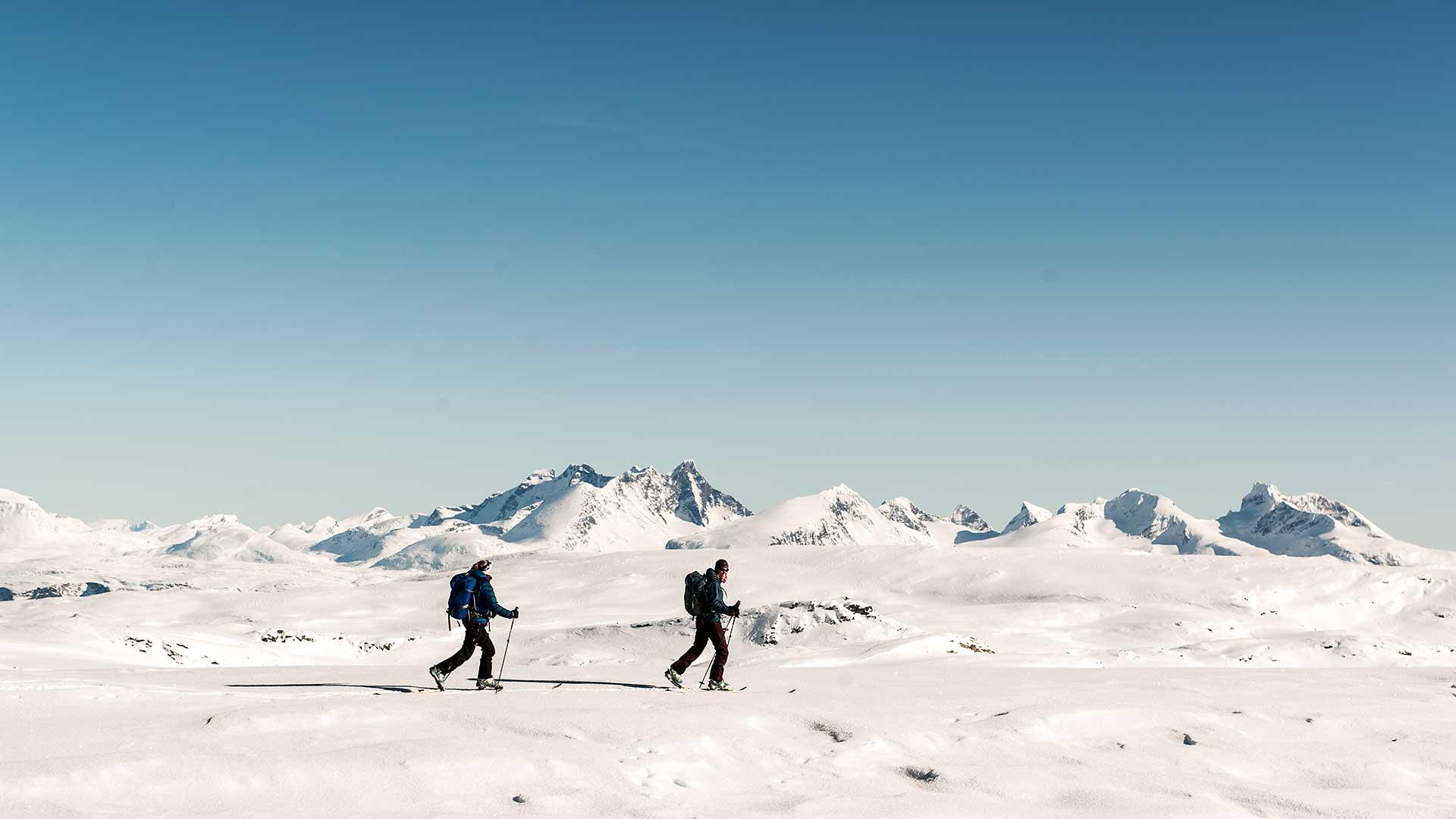 Two people skiing in Breheimen
