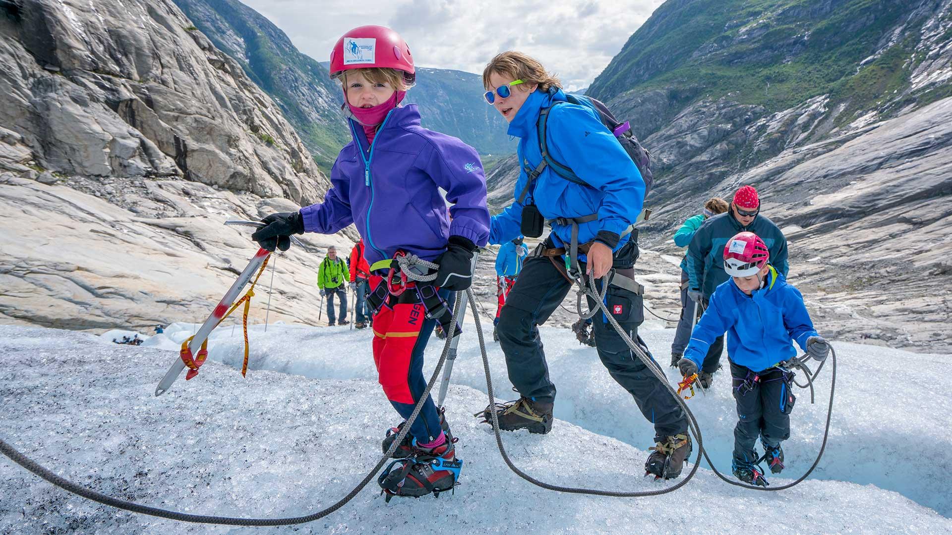 Barn og voksne på isbre