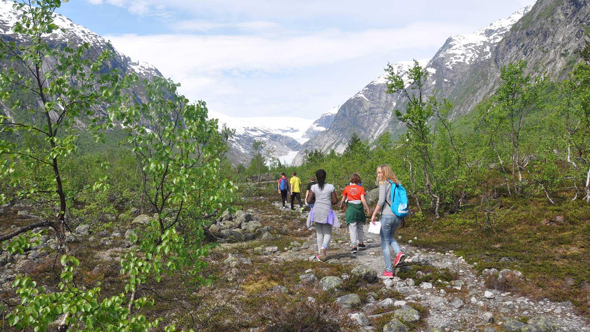 Mennesker i naturen på vei mot Nigardsbreen