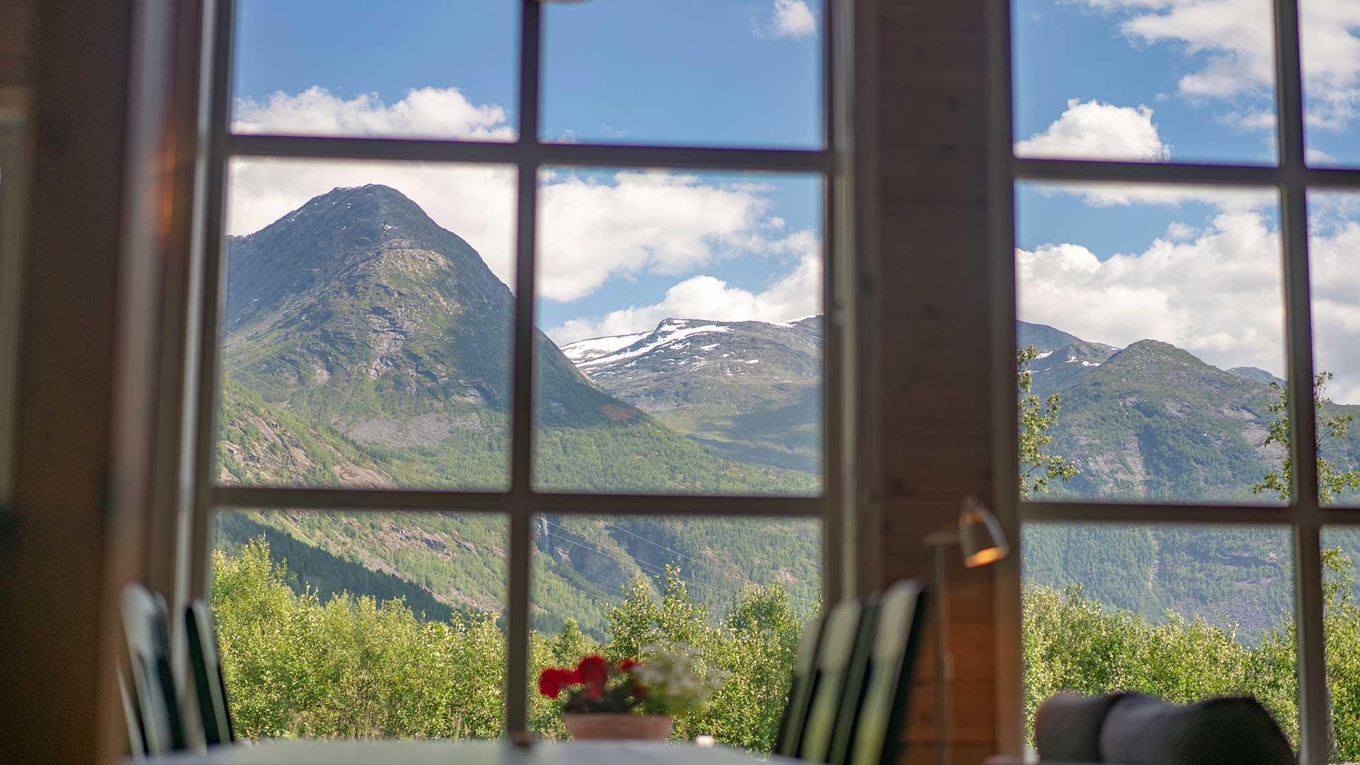 Utsikt mot fjell gjennom vindu på Jostedal camping