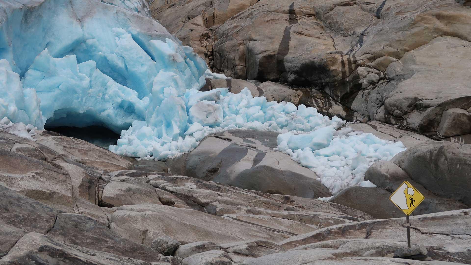 Bilde av advarselskilt ved isbreen