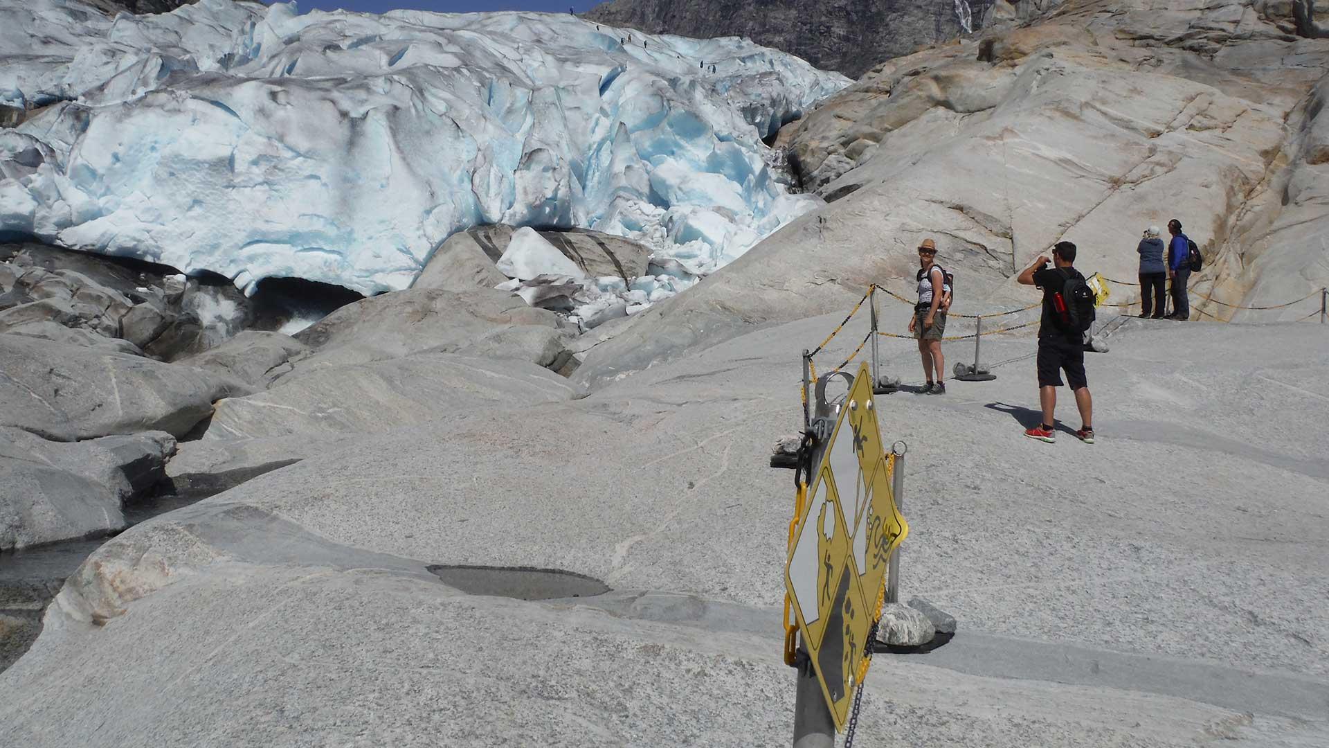 Mennesker bak sikkerhetssperring ved isbreen