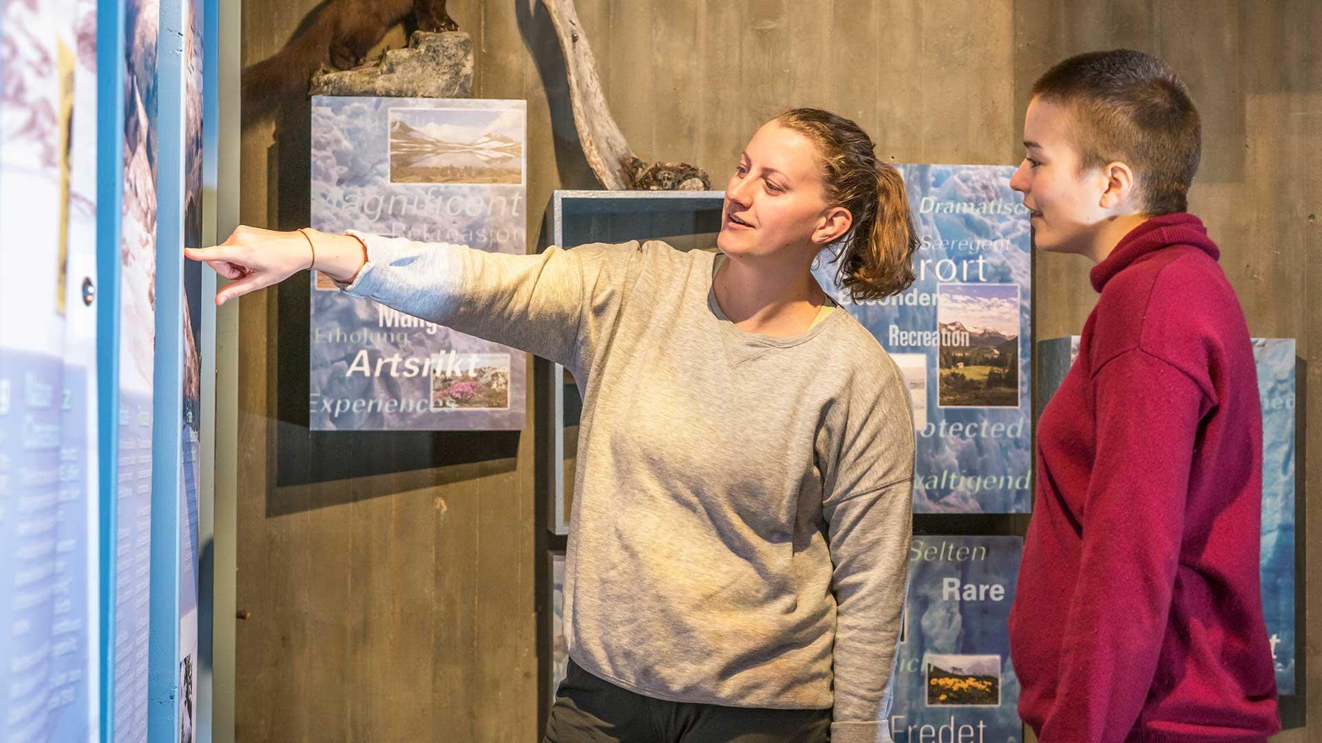 To kvinner i utstillingen på Breheimsenteret.
