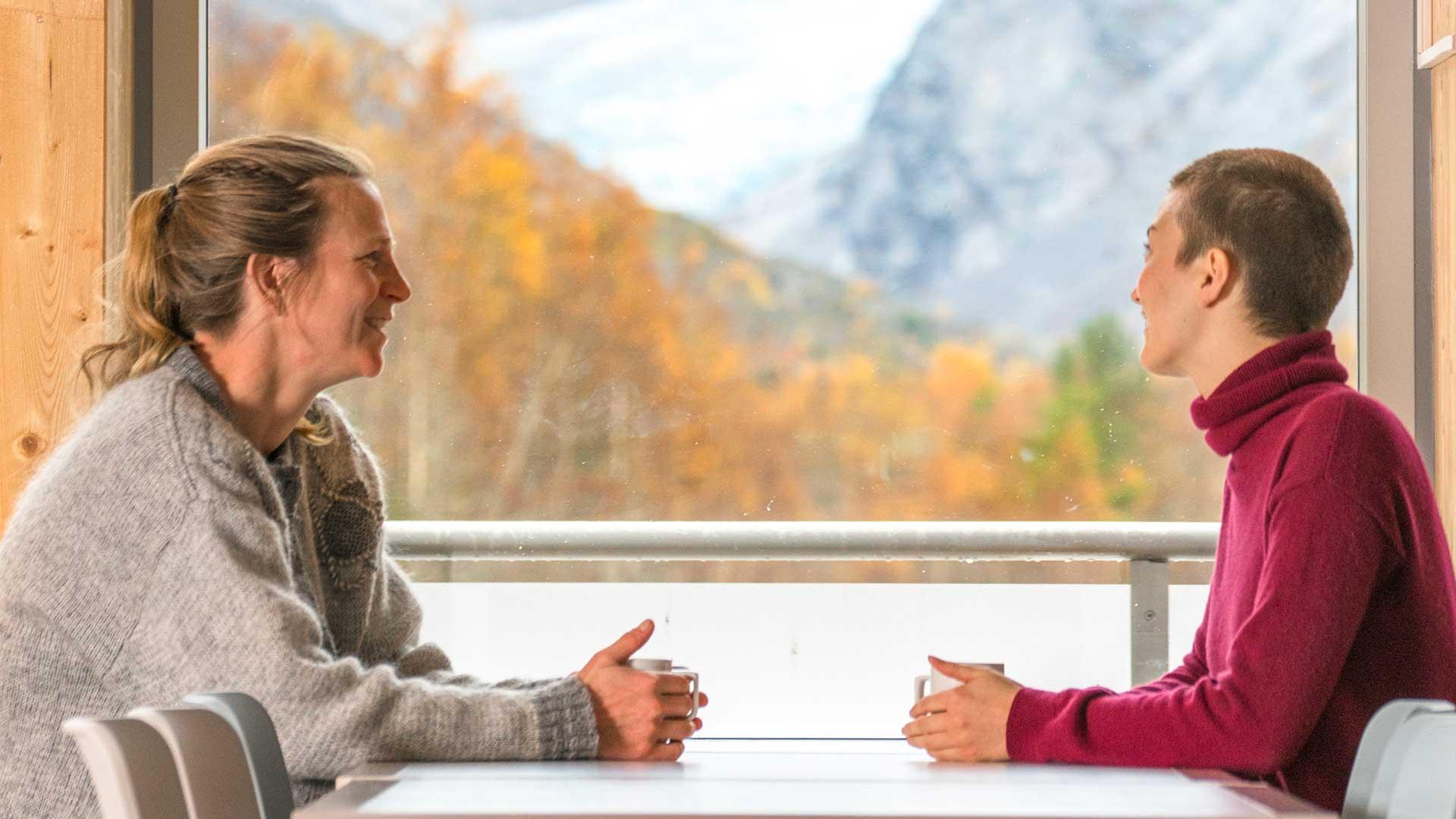 To kvinner ved vinduet på Breheimsenteret